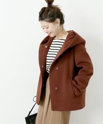 赤みの強いブラウンコートには、ボーダーを合わせて爽やかかつカジュアルに。リラックスムードな休日はワイドパンツで体の締め付けもリリースしましょう。