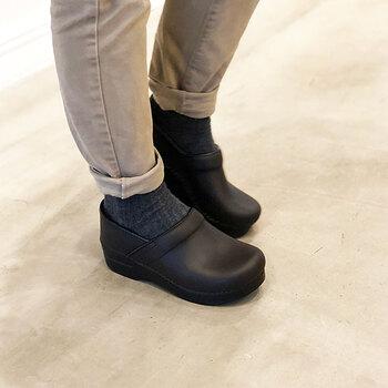 アメリカ発のブランド「dansko(ダンスコ)」のシューズは、厚底で丸みを帯びたつま先が特徴です。見た目の重厚感とは違って、足への負担が軽く、長時間履いても疲れにくいシューズです。