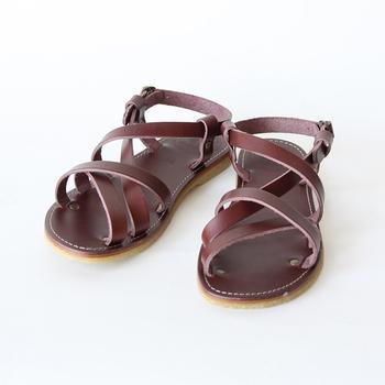 ダックフィートはデンマーク発祥のブランドです。つま先が広めの「アヒル足」シルエットが特徴。サンダルのストラップ部分がインソールの中で繋がっているので、足の幅や高さに合わせてぴったり調整できます。