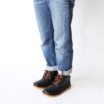 適度なフィット感がありながらもつま先がゆったりした形なので、外反母趾に悩む人でも履きやすく、長く履いて革を育てる楽しみもあります。