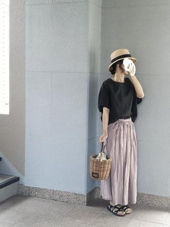 ゆったりめのTシャツとマキシ丈スカートのナチュラルコーデ。サンダルとTシャツの色を合わせているので、まとまりのある仕上がりです。
