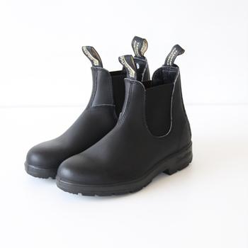 オーストラリアのタスマニア島で作られたワークブーツがルーツのブランドストーン。サイドゴアブーツの元祖ともいわれています。ワークブーツやレインブーツとしてタフに使えて、一般的なサイドゴアブーツよりも軽やかなのが魅力です。