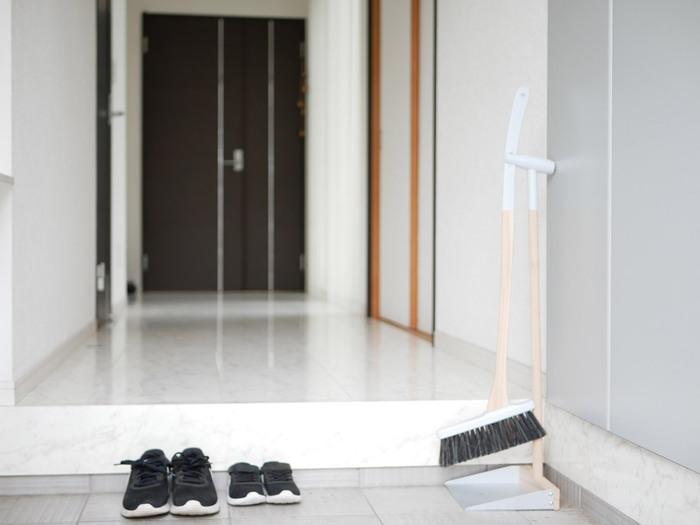 玄関の隅に出しっぱなしにしておいてもサマになるお洒落なデザイン。ちょっとしたオブジェ感覚で置いておけて、埃が気になるときササッと掃除もできて一石二鳥です。