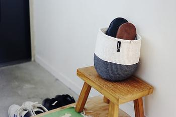 玄関で無造作にスリッパを入れておいてもどこかスタイリッシュ。食品グレードのプラスチックナイロンを編み込んでいるので、水洗いもOK!使わない時は折りたたんでおけて使い勝手がいいバスケットです。