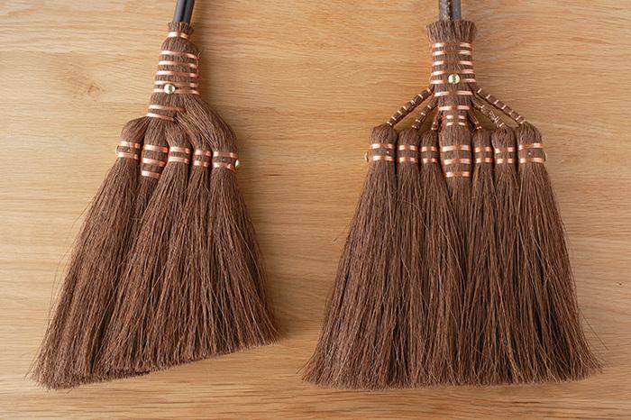 ワイパーやモップでは届きにくかった階段の隅なども、密度の濃い棕櫚の毛先がしっかり届いてほこりやごみを集めるので、すっきりします。さらにうれしいことに、棕櫚繊維の油分には自然のワックス効果があり、掃くことでツヤが増すのだとか。