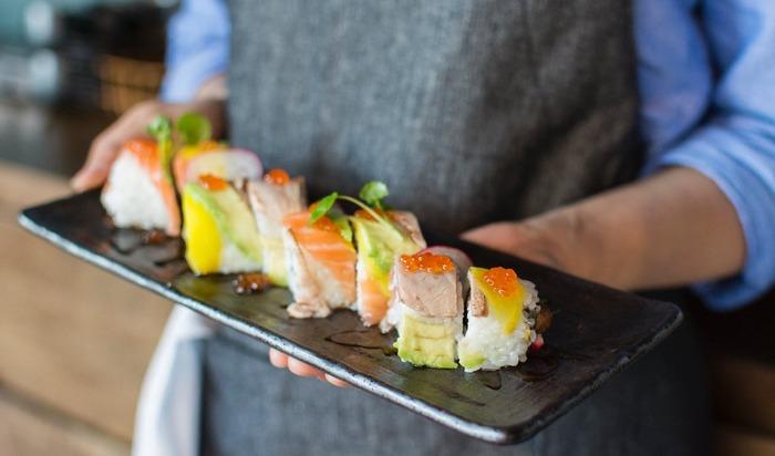 魚が飲み込んだプラスチックは、食物連鎖によって人間の体にも取り込まれていきます。驚くことに、食事を通じて1週間に平均5gのプラスチックが私たちの体内に入ってきているというデータもあるそうです。 このままでは、魚や鳥たちをはじめ人間の健康にも重大な影響を及ぼすことに。未来のために、課題の解決が急がれています。
