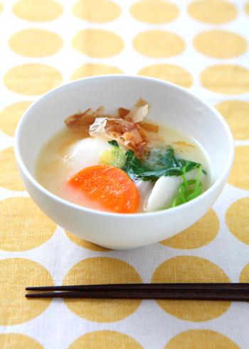関西風のお雑煮は、白味噌仕立てが基本。お餅は、その年を丸く収めるという意味から、丸餅をゆでて使います。具材は、白味噌に合う里芋や、大根・人参などを使うことが多いようです。