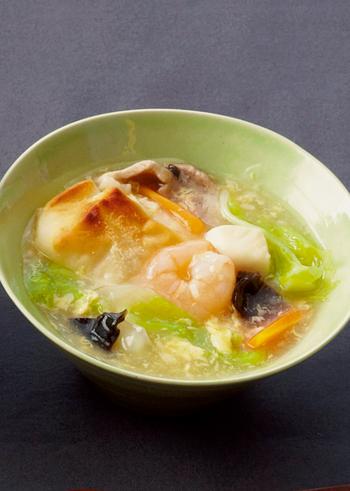 鶏ももや魚介、白菜、人参などをとろとろのあんかけ風にした、体がぽかぽかに温めるお雑煮。お正月はもちろん、冬の朝食として定番にしたい一品です。