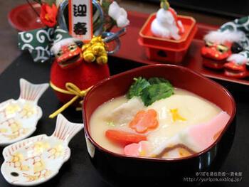白味噌仕立ての汁に、角を立てずに丸く収めるという意味合いで丸餅を入れる、基本的な関西風のお雑煮。雑煮大根(祝だいこんとも呼ばれる伝統野菜)や金時人参、焼き豆腐などを入れます。