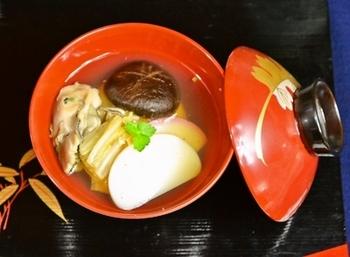 日本有数の牡蠣の産地・広島では、お雑煮にも牡蠣を入れることが多いようですね。かつおだしの醤油すまし仕立てで、丸餅を入れます。贅沢な味は、お正月によく合います。