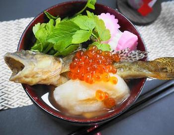 仙台雑煮の特徴は、焼きハゼを使うこと。一匹まるごと盛り付ける贅沢なお雑煮です。あとは、大根や人参、凍り豆腐、ずいき(里芋の茎)などがにぎやかに入ります。