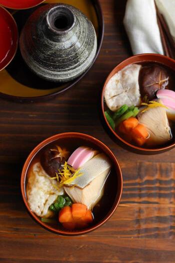 九州雑煮の中でも、とくに博多はあごだしを使うのが特徴。あごだしのパックもポピュラーですが、煮干しを使うのもおすすめです。そして、出世魚で縁起物のぶりと、伝統野菜のかつお菜が具材として使われます。