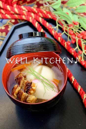 播磨地方の名物、焼きアナゴが贅沢に入ったお雑煮。アナゴと鶏肉のうまみが生きた、上品なすまし仕立て。かつお・昆布といっしょに、アナゴの頭やしっぽを入れてだしを取るとよりおいしいそうです。餅は、丸餅。