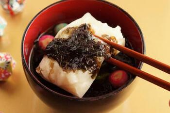 日本最古の海苔といわれ、出雲市で採れる十六島(うっぷるい)岩海苔だけを使う出雲のお雑煮。十六島岩海苔は、弾力と磯の香りが素晴らしく、シンプルな材料でも存分に楽しめるお雑煮になります。写真は、別の海苔を使用して十六島風に仕上げたお雑煮です。