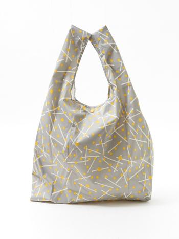 くしゅっとした柔らかい素材で、扱いやすいマルシェバッグです。四角くコンパクトにまとめられるのも良いですね。カラーバリエーションは4種類。小さめの上品な柄や、絵画のような大柄があります。