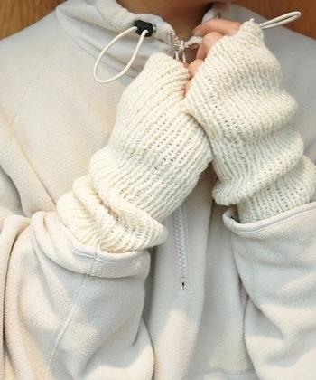 おしゃれなアイテムとして、今注目なのが「アームウォーマー」です♪ アームウォーマーは、手袋と違い指先が空いていると共に手首までしっかりと温めてくれるます。ニットや上着からひょっこり覗かせるだけでおしゃれさも◎