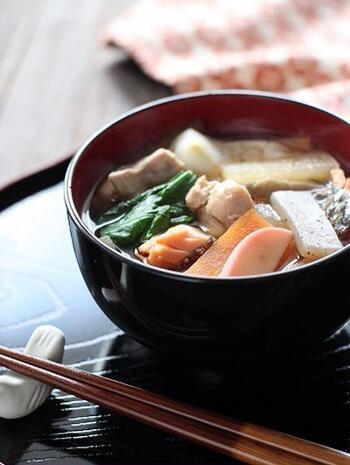 新潟のお雑煮は、煮干しだしのすまし仕立て。人参・れんこん・ごぼう・大根など冬の根菜がどっさり入ったけんちん汁風。塩鮭やいくらなどが入ることも多いようです。お餅は、焼いた角餅。