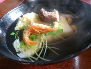 特産の海老を焼いて乾燥させた殻付き干し焼き海老をだしに使った、香ばしさが素晴らしいお雑煮。だしを取った海老もいただきます。具材にさつま揚げを入れることも特徴だとか。