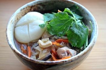 山形のお雑煮は、糸こんにゃくが入るのが特徴。鶏肉や、ごぼう・ぜんまいなど山の幸もたっぷりの味わい深い具だくさん雑煮。みりんの入った甘めのすまし仕立てです。