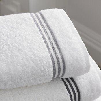 浴室内、そして湯上がりに使うフェイスタオルやバスタオル。浴室に持ち込むフェイスタオルは、ふかふかで分厚いものよりは、すすぎやすくギュッと絞りやすい薄手のもののほうが便利そう。