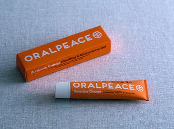 日本で研究開発され、世界的にも革新的な天然由来の口腔ケア用製剤の「ネオナイシン(清掃助剤)」が配合された「オーラルピース」。天然原料100%の飲み込んでも安心な口腔ケアアイテムです。