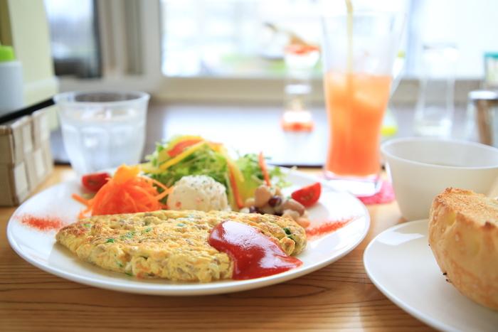 店名の「うふ」はフランス語で卵のこと。たっぷり卵で豚ひき肉と野菜を包んだ「オムレツランチ」も人気です。