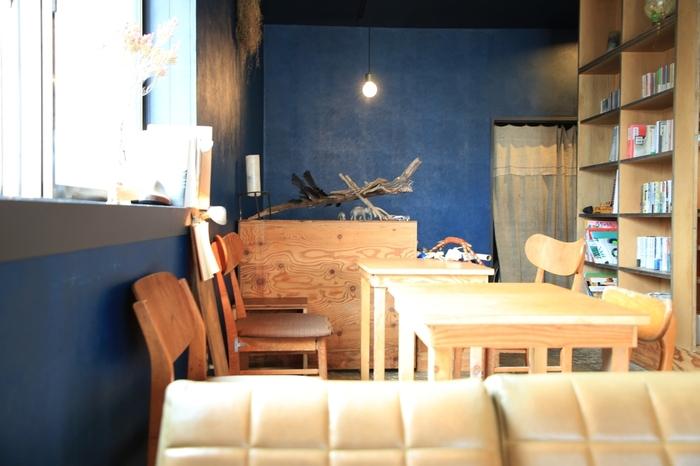 深いブルーの壁に、木の明るい色合いが映える落ち着ける店内が素敵な「糸」。2014年に焼菓子屋さんとしてオープン、その後一度閉店し、カフェとして再オープンしました。