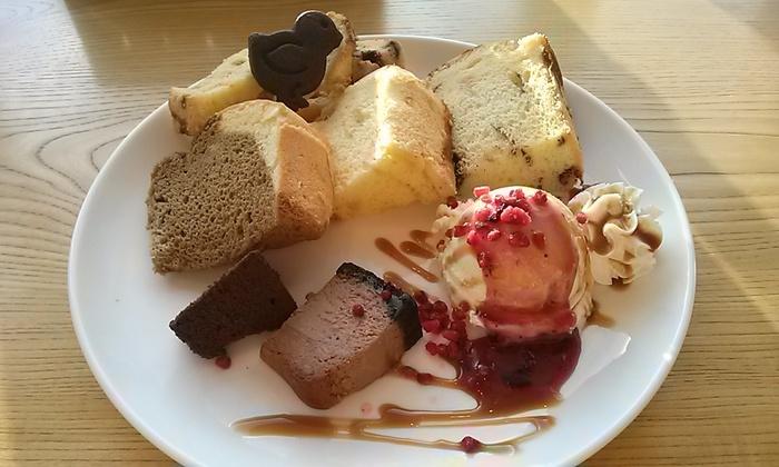 「カフェとケーキのお店 うふ」は、店名のとおり手作りケーキが人気のカフェ。「ケーキの盛り合わせ」は大きなお皿に、ふんわりしっとりのシフォンケーキやチーズケーキ、ラスクやクッキー、アイスクリームまで!ケーキの種類は季節や日によって変わるようなので、ぜひお楽しみに。