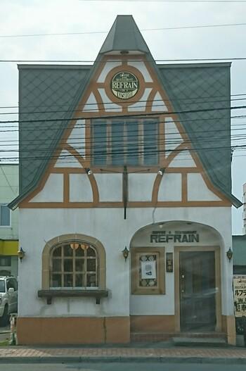 一軒家カフェ「ルフラン」は釧路の地で昭和40年代から営業されている老舗。何度か改装を重ねていて、平成から現在にかけてはこちらの外観で親しまれています。
