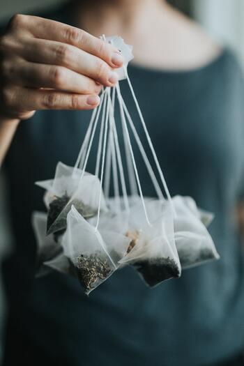 お茶のティーパックにプラスチックが使われていることがあります。さらに1つずつ小分になっている包装がビニール製の場合も。 茶葉で入れれば味わいはより深く、プラスチックの消費も減らせます。そんなちょっとしたところにも、こだわってみて。