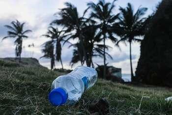 汚れたプラスチックはリサイクルされません。再利用されないまま莫大な量のゴミとなり、行き場を失います。 プラマークが付いたボトル類や食品トレイなど、貴重な資源をリサイクルさせるためには、ある程度きれいにすすいでから適切に捨てましょう。