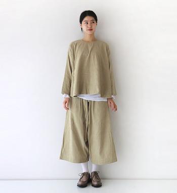 季節感たっぷりな、コーデュロイ素材のベージュチュニック。裾と袖から白インナーをチラ見せして、シンプルになり過ぎない着こなしに仕上げています。同じ素材のボトムスで、セットアップ風にスタイリング。