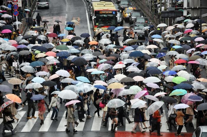 急に雨が降ってきた時には、手頃に買えるビニール傘に助けられますよね。しかし、ビニール傘は壊れやすく、使えなくなったとたんに場所をかまわずその場で捨てていく心ない人たちも中にはいます。 傘にも、もっと愛情を。とっさの時に使える折りたたみ傘や、大きくて丈夫な1本を、この先長く使うことを前提に選びましょう。