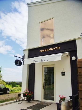 店名の上に金色で掲げられた「MARSHLAND CAFE」つまり「湿原のカフェ」。言葉の通り、釧路湿原の近くに佇むカフェです。