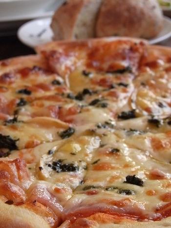 朝焼きパンやピッツァ、特製のミルクカリーなどランチメニューが豊富。乳製品には地元鶴居村のミルクやチーズを使う他、自家製のチーズ工房も持っています。