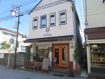 鎌倉駅西口から御成商店街に入ったところにあるのが、一軒家フレンチの「ビストロオランジュ」です。