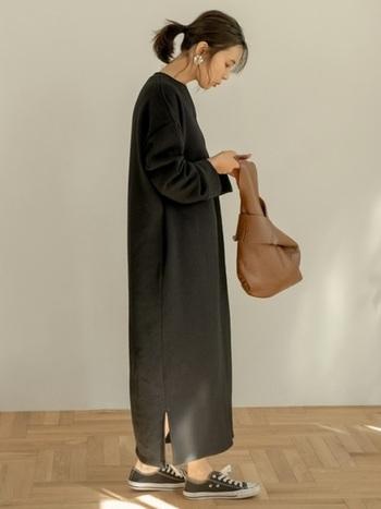 オーバーサイズのスウェットワンピなら、無造作にかぶって着るだけで、ナチュラルで上質感あるシルエットに。