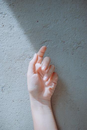 乾燥しやすい時季は顔と同じように、手もこまめな保湿ケアが欠かせませんよね。心を癒してくれるようなナチュラルな香りのハンドクリームは、乾燥対策はもちろんのこと、デスクワークの合間にリフレッシュしたい時にも◎。さっそくお気に入りの1本を見つけてみませんか?