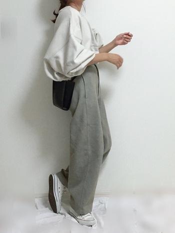 パンツスタイルがお好みなら、トレンドのカーブパンツなど、肌に密着しないシルエットのものがおすすめです。