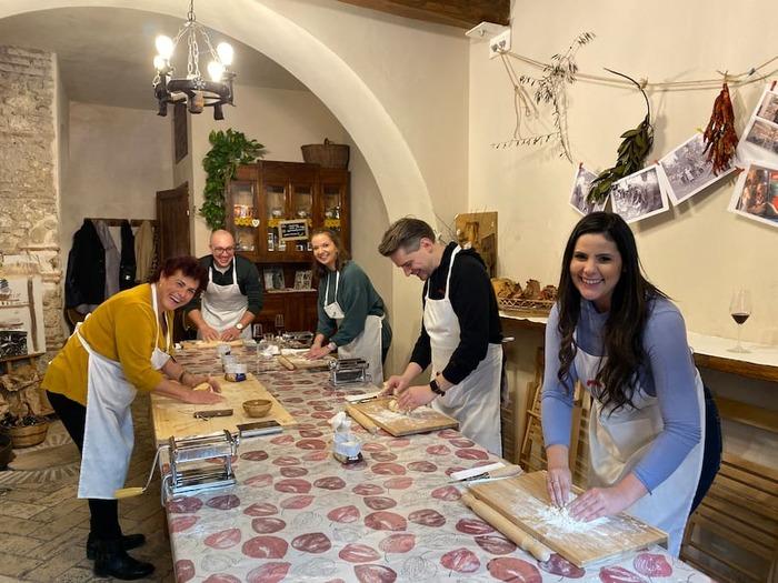 料理好きにおすすめなのが「クッキング体験」。例えばローマの「おばあちゃんと手作りパスタ体験」など、地元の方から伝統的な料理を楽しく教わることができるんです。
