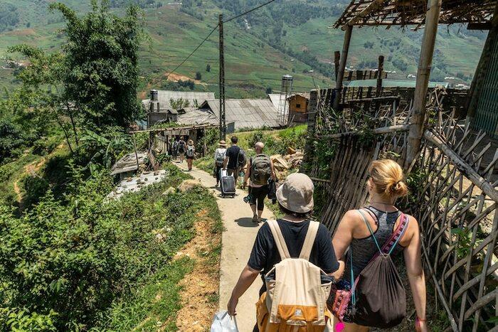 そして、民泊の紹介以外にも人気を得ているのが「体験」サービス。「京都の町家で茶道体験」のようにその土地の伝統文化に触れられるものや、「北ベトナムの少数民族の村でホームステイ&ハイキング」といったより旅をディープなものにしてくれるものなどバラエティーに富んだ体験を旅に加えることができるサービスです。