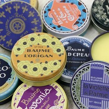 リップバームの香りは1種類ですが、缶のデザインは全部で12種類あります。見た目も可愛いリップバームは、普段使いはもちろんのこと、ちょっとしたギフトにも最適です。