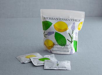 香りでリフレッシュしたい時には、「HERBAN ESSENTIALS(ハーバンエッセンシャルズ)」の携帯用アロマタオルもおすすめです。天然のエッセンシャルオイルを贅沢に配合し、いつでも好きな時に心地よい香りを楽しめる便利なアイテムです。