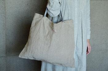 手作業で一つ一つ丁寧に作られた、リネン100%のバッグです。生地にしっかりとした厚みがあって丈夫ですよ。使えば使うほど柔らかさが増します。洗濯してすぐに乾くので、いつも清潔に保てますね。