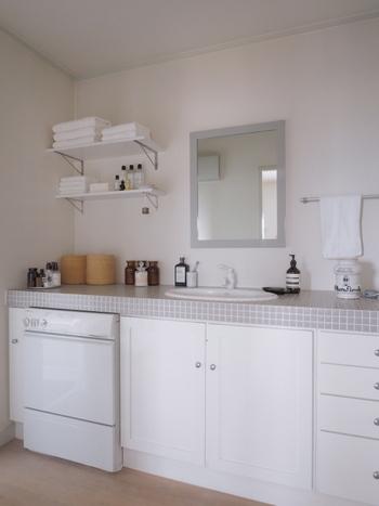 洗面所は「金運と美容運にかかわる場所」とされています。洗面台や蛇口など光らせることができる場所は、いつもピカピカに磨いておきましょう。  また、鏡は、風水において強力なパワーを持つアイテムとされています。水垢などを落とし、いつもきれいな状態を保つことで、良い運気を招きます。