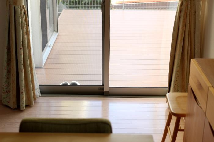 風水では「光るものを磨くと運気があがる」といわれています。窓はガラス部分だけではなく、サッシ、鍵周辺もきれいに磨いておきましょう。  網戸が汚れているとお部屋の中に入る光量が減ってしまいます。だからこそ、網戸もあわせて掃除しておくといいですね。