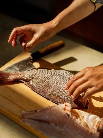 まずご紹介するのは、kaoriさんがホストの「日本各地の寿司を作り、歌舞伎の舞台裏を知ろう!」という体験です。お寿司作りは魚を捌くところから。新鮮なネタでお寿司を作ります。