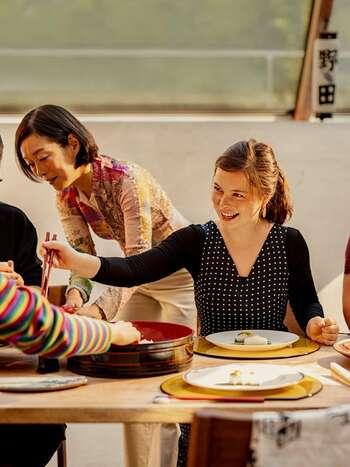 お寿司が完成したらみんなで楽しく頂きます。日本にいながら世界各国の人とコミュニケーションを取ることができるのも、クッキング体験の魅力。ホストになれば、お子さんにも海外の人と触れ合う機会を定期的に設けられますね。