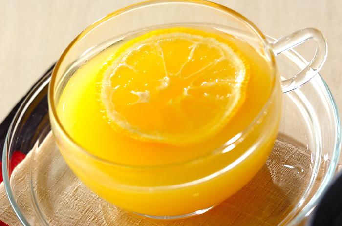 ゆず、オレンジジュース、ハチミツ、熱湯で作る「あったかユズティー」。オレンジジュースやゆずの搾り汁など好みの分量を調整できるので、それぞれ好みの配合で美味しくいただけるのも◎。