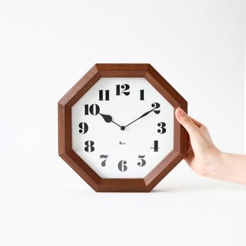 八角形の時計は、どこかレトロで和室にも洋室にも似合うデザインです。ボリュームのある枠と、大きめで特徴的な短針がかわいらしい。